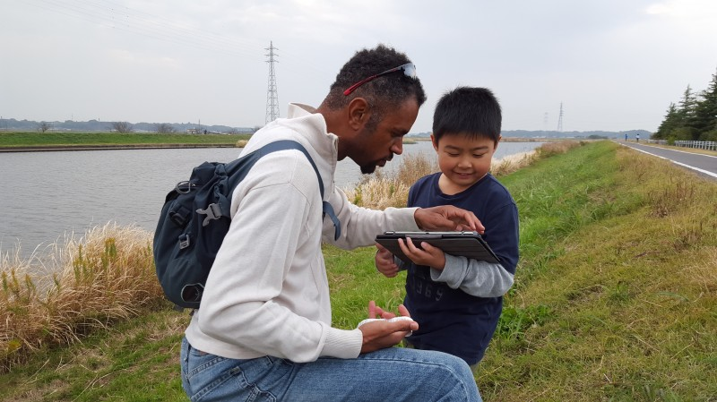 Ra showing geocache map to Ayano's nephew
