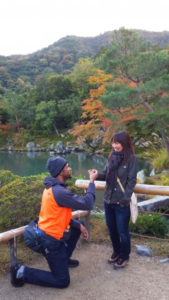 "Ra spontaneously proposing with a ""rubber band"" at Dragon Temple in Japan"