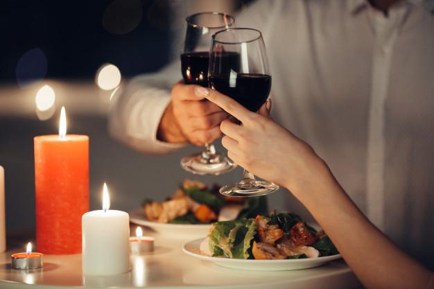 Da decoração ao prato principal: confira 5 dicas para preparar um jantar à luz velas