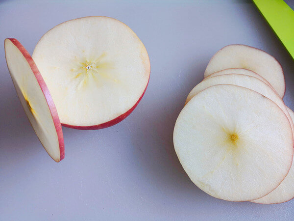 Cut it into thin slices with a thickness of about 2-3mm,