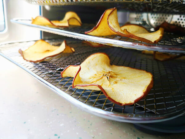 When time is up, the delicious dried apples are dried,