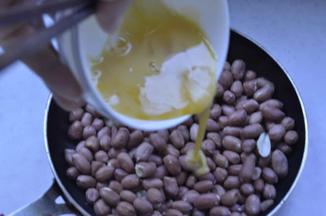Rinse the peanuts in advance, drain them, pour the egg mixture and mix well