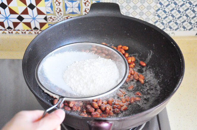 Quickly sift in the fried corn starch