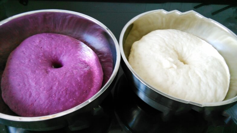 After kneading the two colors of dough