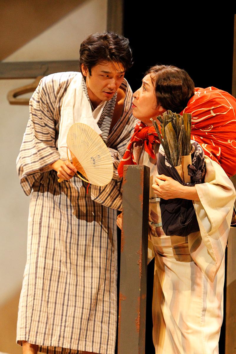 (左から)小林多喜二役・井上芳雄、佐藤チマ役・高畑淳子