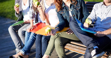 Students eating green apples (Photo credit: Syda Productions)