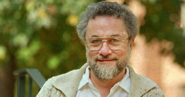 "In this October 1987, file photo, Adrian Cronauer, a disc jockey on the Saigon-based Dawn Buster radio show from 1965-1966 whose experiences in the Vietnam War were chronicled in the movie ""Good Morning, Vietnam,"" poses outside his home in Philadelphia,"