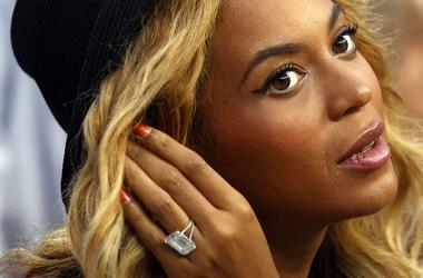 Beyoncé shows off her engagement ring