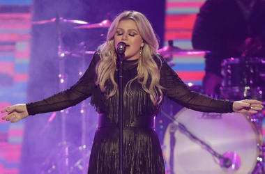 "In this June 6, 2018, file photo, Kelly Clarkson performs ""American Woman"" at the CMT Music Awards at the Bridgestone Arena in Nashville, Tenn. Clarkson will headline opening night at U.S. Open. The U.S. Tennis Association announced Monday, July 16, 2018,"