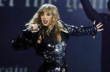 """This May 8, 2018 file photo shows Taylor Swift performing during her """"Reputation Stadium Tour"""" opener in Glendale, Ariz. Eric Swarbrick, 26, of Austin, Texas, has been arrested on federal charges for sending threatening letters to Swift and showing up at"""