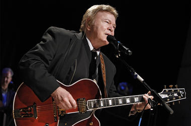 """In this May 17, 2009, file photo, country music star Roy Clark performs after being inducted into the Country Music Hall of Fame in Nashville, Tenn. Clark, the guitar virtuoso and singer who headlined the cornpone TV show """"Hee Haw"""" for nearly a quarter ce"""