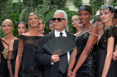 Karl Lagerfeld is surrounded by Canadian model Linda Evangelista, left, and British model Naomi Campbell, right, and other models after the presentation of his 1996-97 fall-winter haute couture fashion collection for Chanel in Paris
