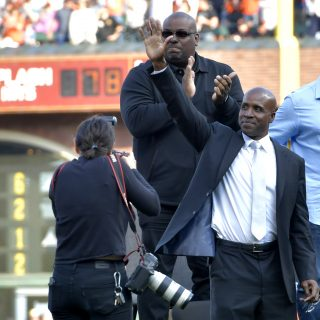 Bonds' No. 25 forever immortalized by Giants