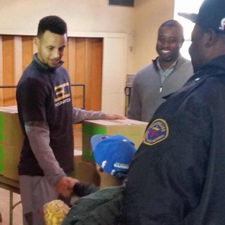 Stephen Curry assists Oakland kids for charity