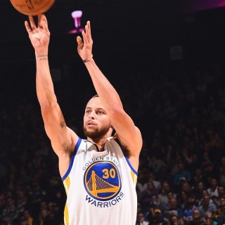 Curry lights up Charlotte for hometown sweep