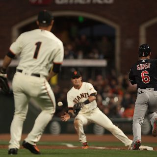 Bungling Giants lose, snap 530-game sellout streak