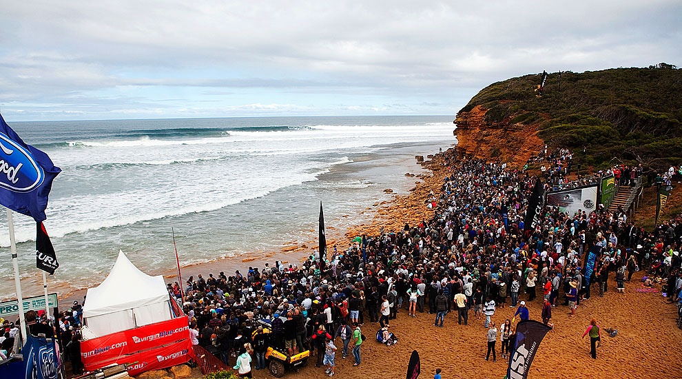 Today S Final Ran In Front Of A Capacity Crowd At Bells Beach Maxing Out As Early 11 00am With Cars Lined Back To The Center Torquay