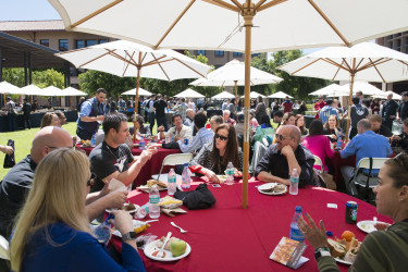 TEDxStanford attendees engage in lively conversation at the lunch break. (Photo: L.A Cicero)
