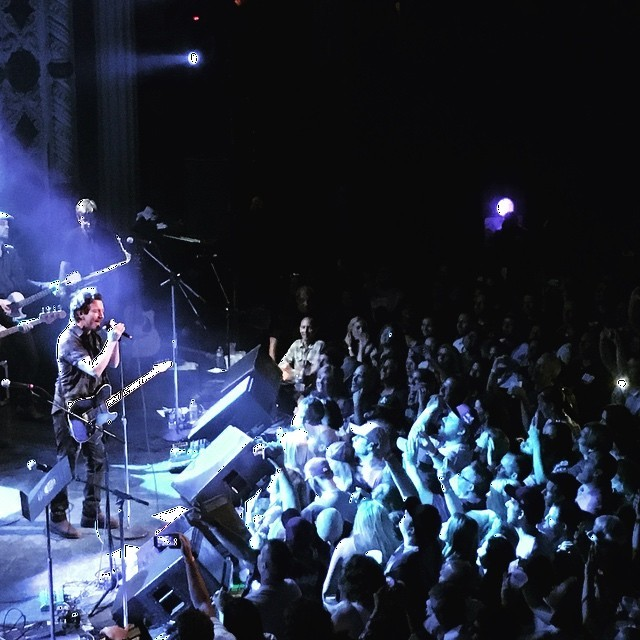eddie-vedder-rockin-in-the-free-world-hot-stove-cool-music-chicago-cubs-benefit-event-video-watch