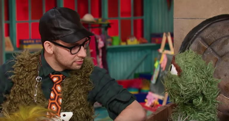 jack-antonoff-sings-i-love-trash-with-oscar-the-grouch-on-sesame-street-watch