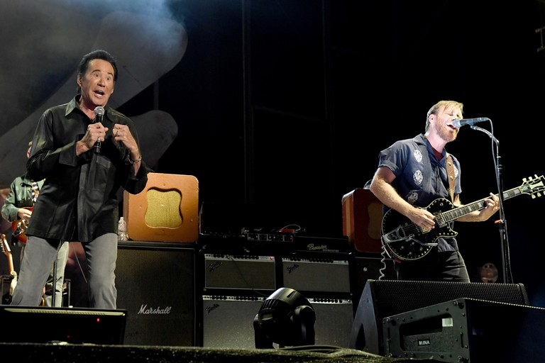 the-black-keys-bring-out-wayne-newton-to-perform-lonely-boy-at-vegas-fest-watch
