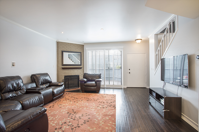 ONE MILE FROM THE BEACH! 3 STORY TOWNHOUSE WITH WOOD FLOORING, FABULOUS KITCHEN & ON SITE GYM