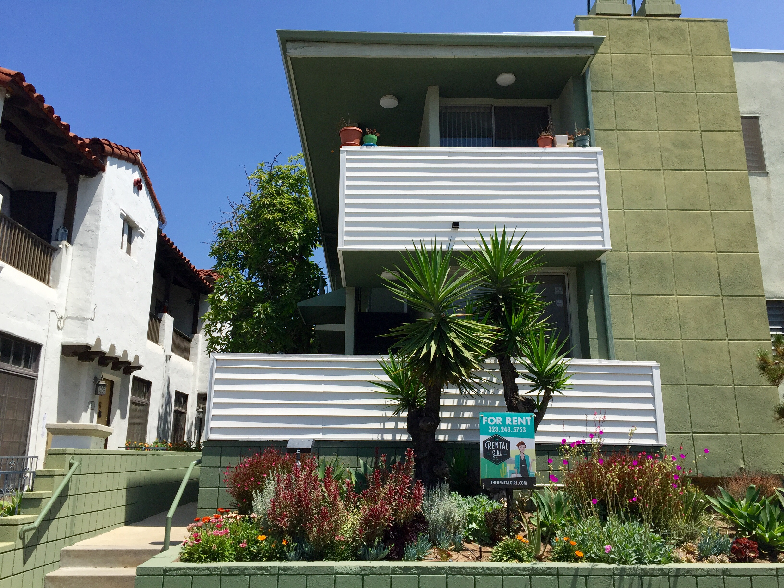 Mid-Century Modern One Bedrm w/ Private Balcony & Views of the Hills, Newly Renovated!