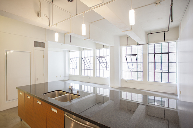 DTLA LOFT W/ INDUSTRIAL STYLE WINDOWS | SLEEK KITCHEN| CENTRAL A/C | ROOF TOP HOT TUBS & BBQ