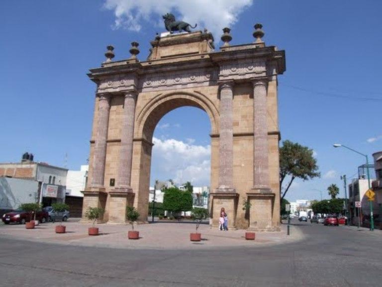 1. Arco Triunfal de la Calzada de los Héroes