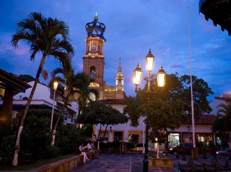 3. Iglesia de la Virgen de Guadalupe y Plaza de Armas