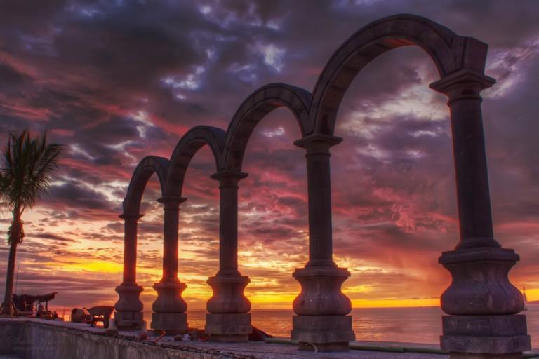 33. ¿Cuándo fueron colocados Los Arcos en el malecón