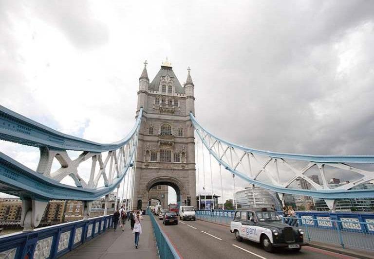 9. ¿Hay restricciones para cruzar el Puente de la Torre en auto