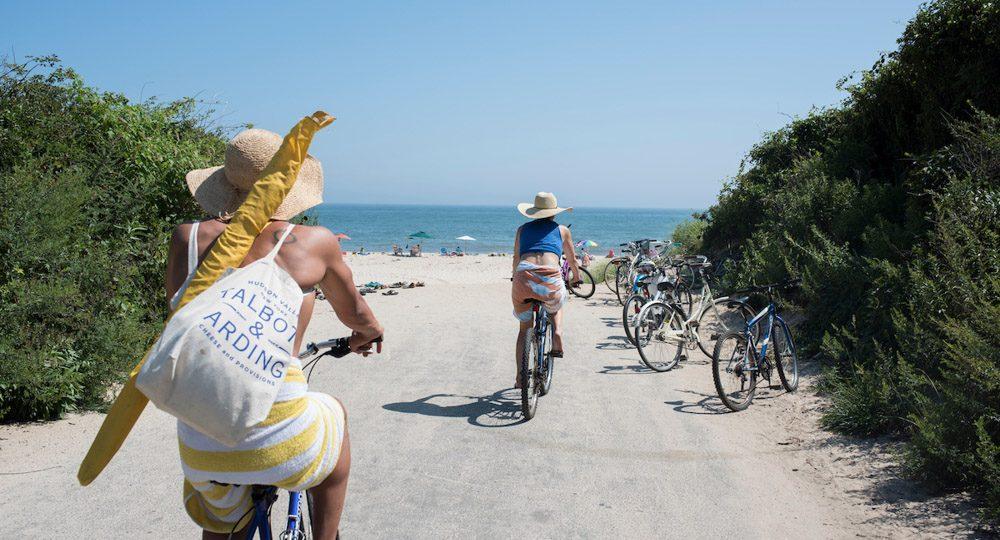 Bicicletas y sandalias en Gibson beach.