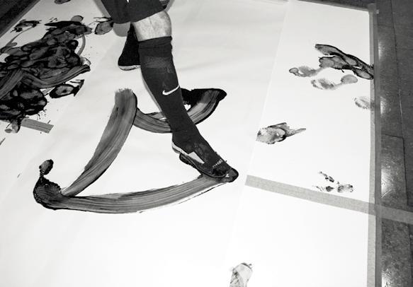 Ed van Gils using his feet to create brushstroke art.