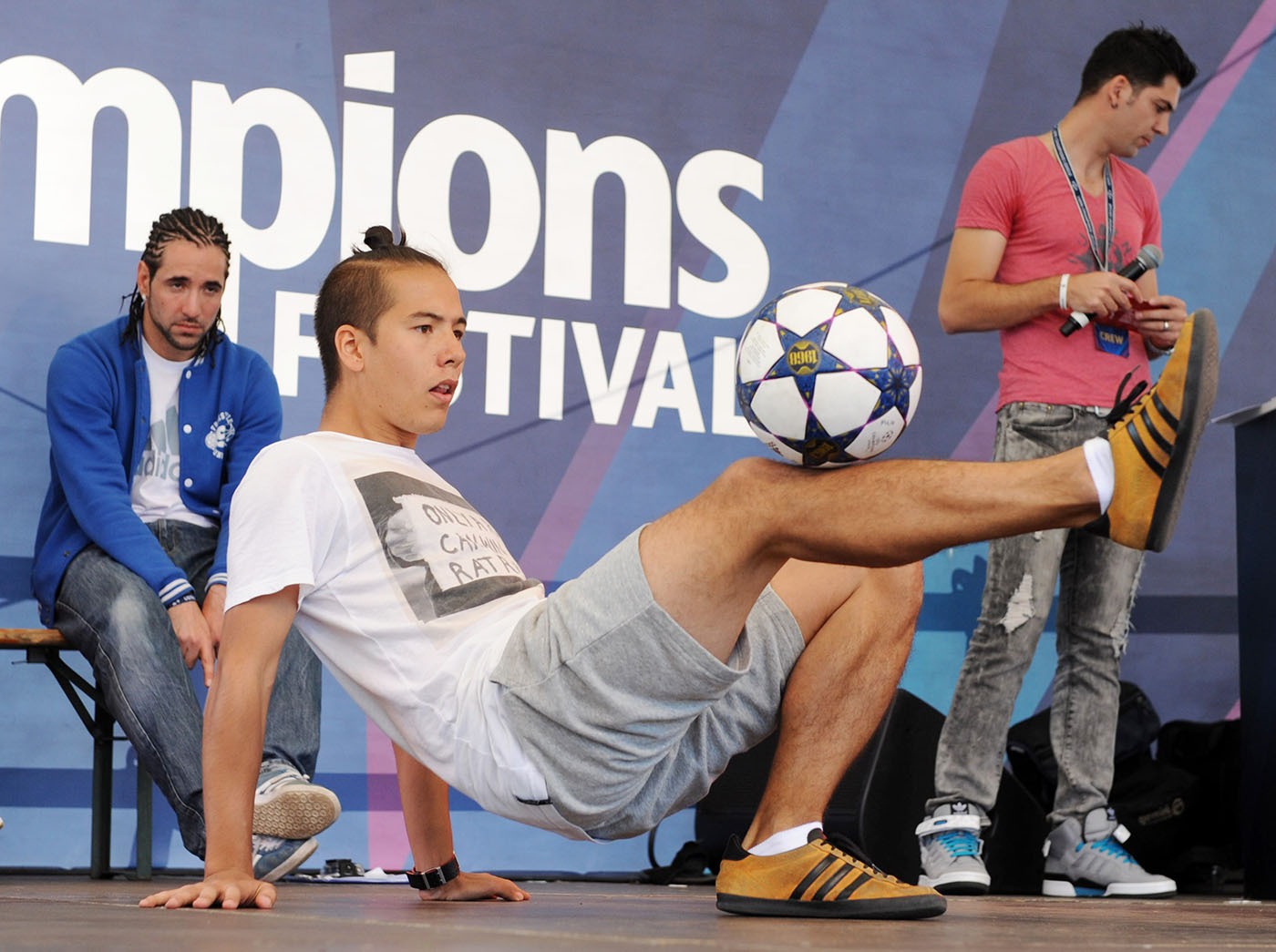 Philip Warren Gertsson performing at 2013 World Freestyle Football Championships under the watchful gaze of Séan Garnier.