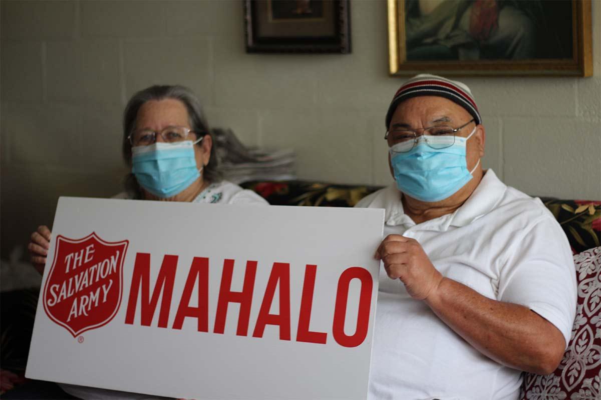 kupuna couple holding mahalo sign