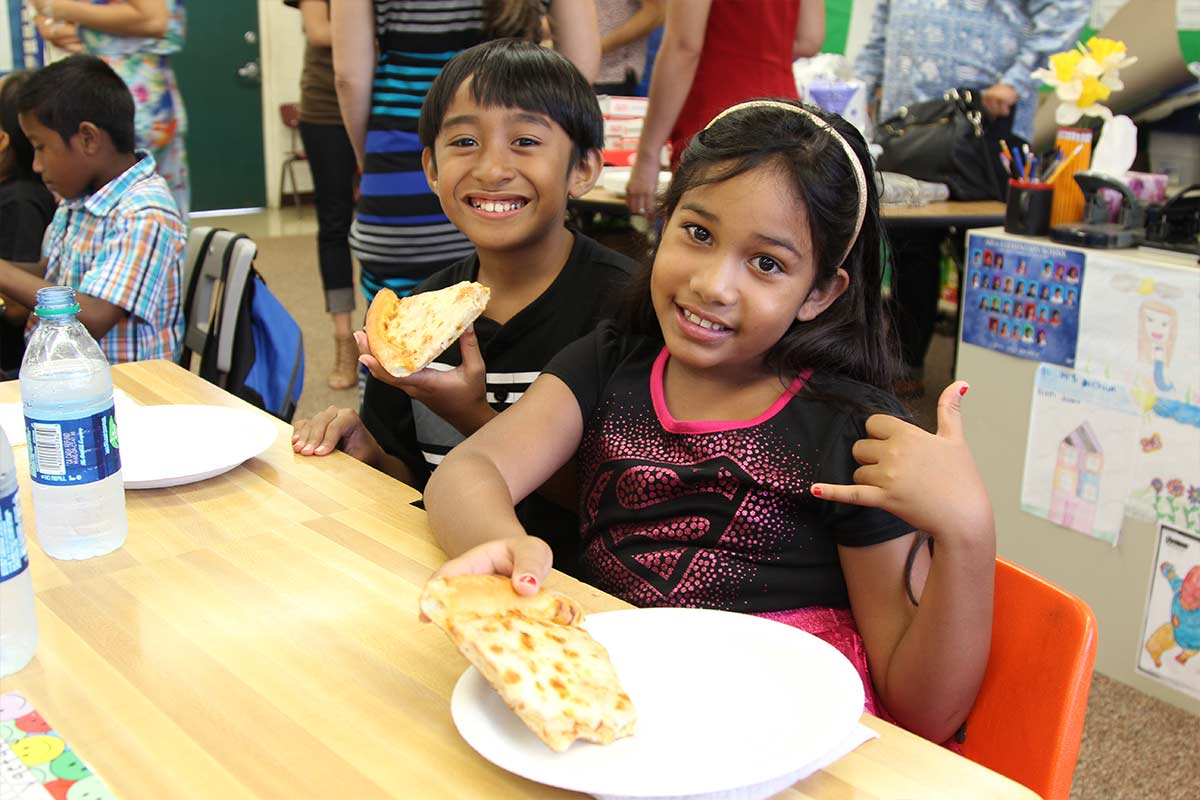 Students eating pizza at Aiea Elementary