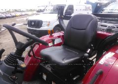 2016 MAHINDRA TRACTOR -  front view