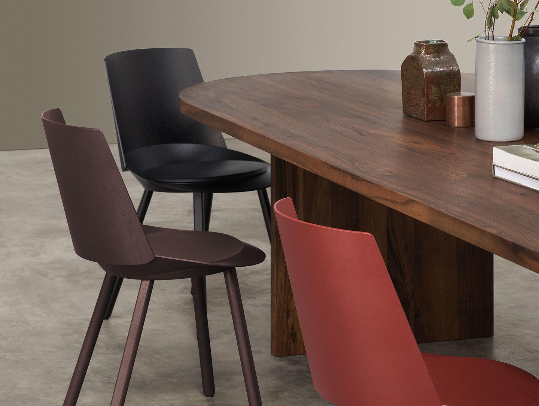 E15 Ashida Oval Table Walnut Houdini Chairs 2
