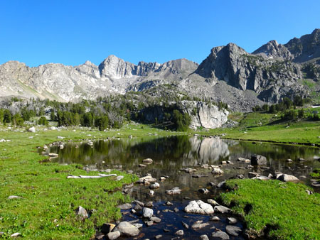 Unnamed Lake in Beehive Basin | Photo: AMountainJourney.com
