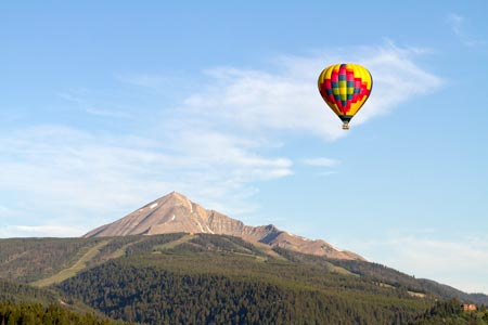 Balloon Over Lone Mountain | Photo: E. Morrison/iExplore