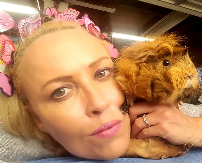 saskia-chiesa-guinea-pig-rescue-saskia-with-guinea-pigs-viva-glam-magazine-2